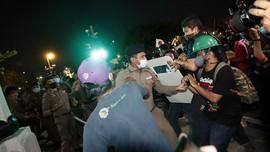 FOTO : Aktivis Pro-demokrasi Thailand Bentrok dengan Polisi