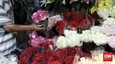 Daya beli kembang saat hari Valentine di sentra kembang, Kemang Dalam, Jakarta Selatan ditaksir berkurang hingga 75 persen akibat pandemi.