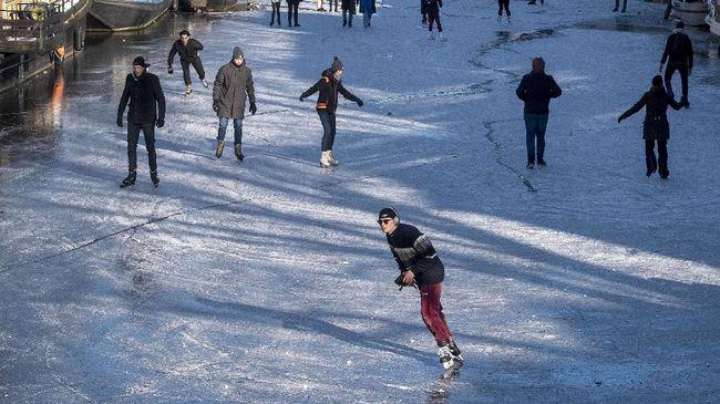 Untuk yang pertama kali sejak 2018 kanal Prinsengracht, di Amsterdam, Belanda, membeku. Warga langsung datang untuk main ice skating.