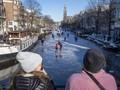 FOTO: Pemandangan Kanal di Belanda yang Membeku