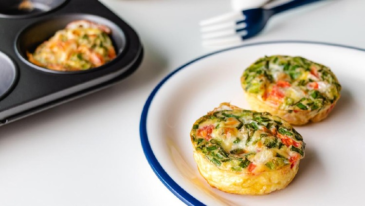 Healthy breakfast egg muffins with cheese, tomato and green veggetable, easy and healthy food concept