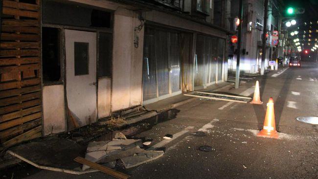 Lebih dari 50 orang luka-luka akibat gempa berkekuatan magnitudo  7,3 yang mengguncang Jepang pada Sabtu (13/2) malam.