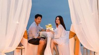 <p>Makan malam romantis menjadi salah satu momen kebersamaan Ririn dan Ibnu saat di Bali. (Foto: Instagram @ririnekawati)</p>