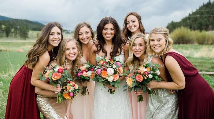 Inspirasi Model Dress untuk Para Bridesmaid dengan Bahan Satin