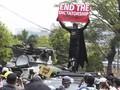 Pedemo Parkir 'Mobil Mogok' Adang Aparat saat Demo Myanmar