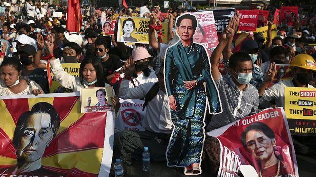 Demonstran kelompok anti-junta Myanmar merayakan ulang tahun Aung San Suu Kyi yang saat ini masih menjadi tahanan rumah dengan berunjuk rasa.