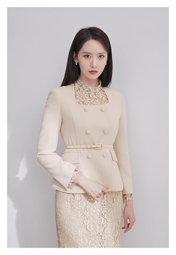 Untuk nuansa musim gugur, Yoona menggunakan dress renda bunga dengan mood feminin dipadukan dengan jaket yang warnanya senada. (Foto: jigott.co.kr)