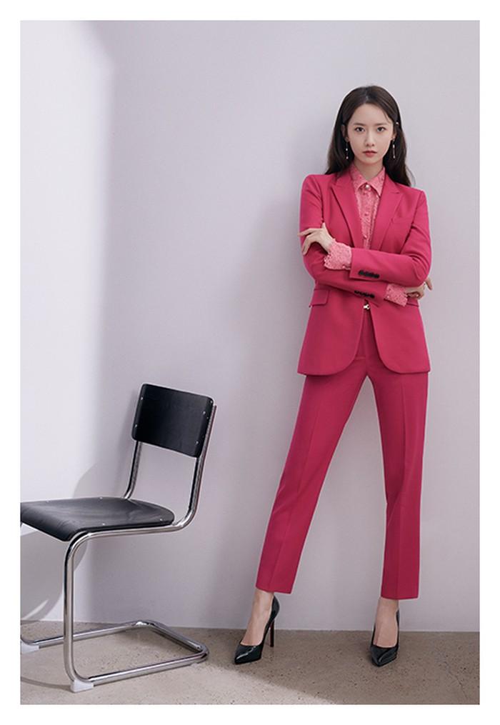 Flawless dengan celana, blouse, dan jas yang serba berwarna magenta. (Foto: jigott.co.kr)