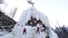 FOTO: Tebing Batu yang 'Diguyur' Es Demi Pendakian