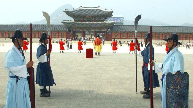 Joseon menjadi dinasti yang paling sering diadaptasi dalam pembuatan drama dan film Korea Selatan, yang terbaru adalah Mr. Queen.
