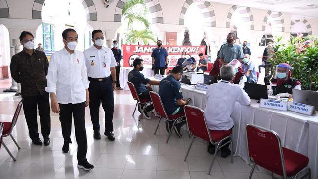 Saat meninjau vaksinasi Covid-19 massal di Gianyar, Bali, Presiden Jokowi berbincang dan berfoto dengan salah satu peserta berkostum Hanoman.