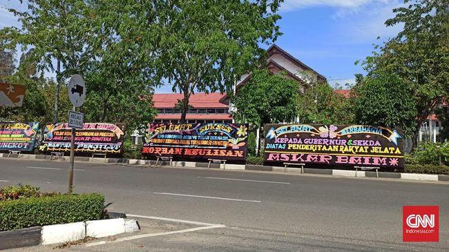Sejumlah karangan bunga menyindir kerja Pemprov Aceh berjejer di kantor Gubernur Aceh usai daerah itu ditetapkan sebagai provinsi termiskin di Pulau Sumatera.