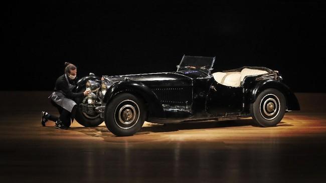 Bugatti 57S produksi 1937, yang cuma ada 42 unit di seluruh dunia, diharapkan memecahkan rekor lelang mobil langka di Bonhams, Inggris, hari ini.