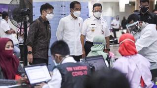 Jokowi Bersama Anies Tinjau Vaksinasi Pedagang Thamrin City