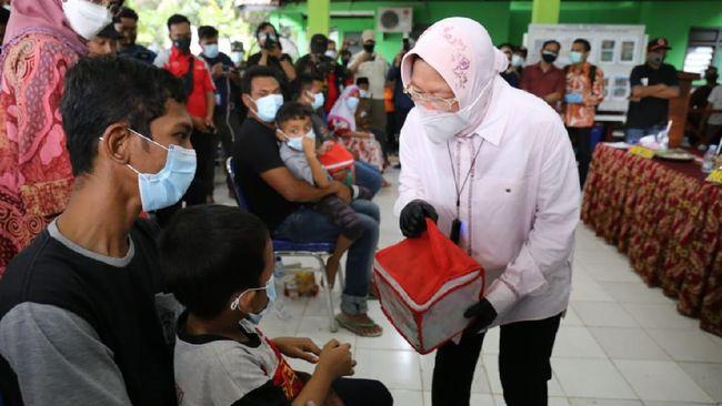Mensos Tri Rismaharini mengatakan pemerintah tak bisa terus-menerus memberi bansos selama pandemi karena anggaran yang terbatas.