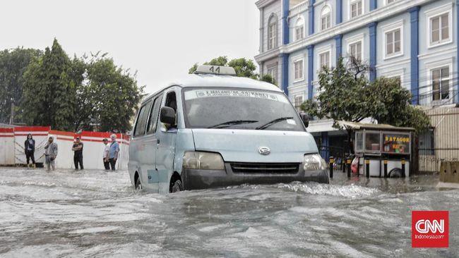 Di luar isu lingkungan dan lainnya seperti tata kelola kota, BMKG menilai ada tiga faktor lain penyebab banjir Jakarta berkenaan dengan alam.