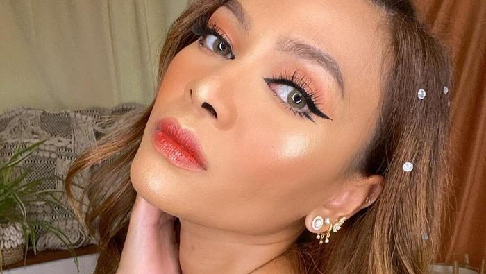 Beauty Hack! Tips Hidung Mancung dengan Eyeliner ala Rachel Goddard