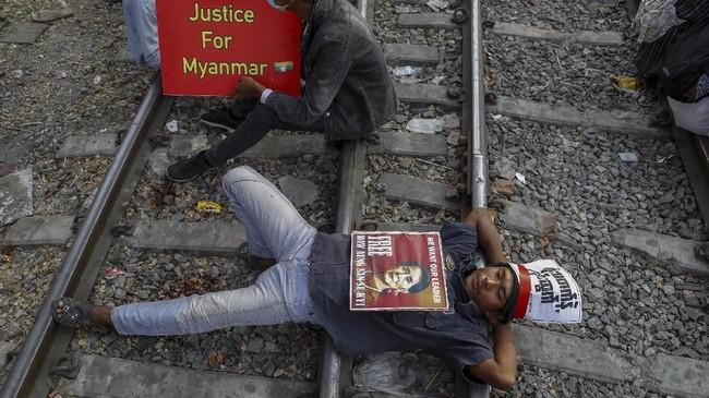 Pengunjuk rasa anti-kudeta membuat lumpuh perjalanan rel kereta api di Kota Mandalay, Myanmar, dengan menduduki rel.
