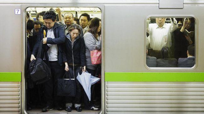 Sistem kereta di Jepang masih disiplin dan teratur. Namun saat jam sibuk, ada pemandangan yang cukup