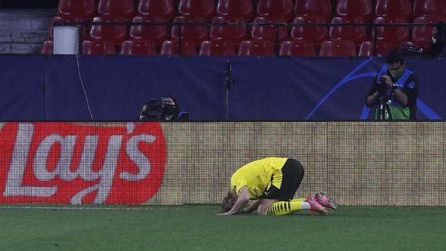 Striker Borussia Dortmund, Erling Haaland merayakan gol ke gawang Sevilla dengan bersujud pada leg pertama 16 besar Liga Champions.