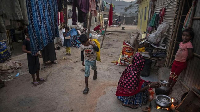 Imradul Ali, seorang bocah berusia 10 tahun si India setiap harinya sepulang sekolah menghabiskan waktu untuk bekerja sebagai pemulung.