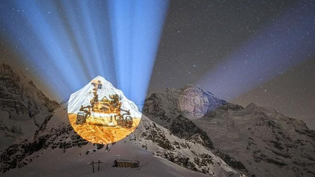 Karya seni proyektor raksasa di pegunungan es Eiger dan Monch, Swis, untuk merayakan misi pendaratan NASA di Planet Mars.