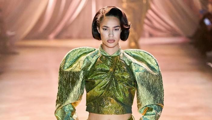 Brand Fashion Mewah Kembalikan Trend Puff Shoulder Era Renaisans