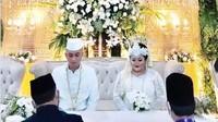 <p>Pernikahan kedua Olivia itu berjalan dengan khidmat, Bunda. Sebagai suami, Rafly memberikan mas kawin berupa 1 set cincin berlian serta uang tunai Rp2,2 juta. (Foto: Instagram @oliviadaniaty)</p>
