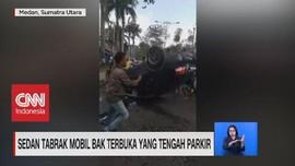 VIDEO: Sedan Tabrak Mobil Bak Terbuka Yang Tengah Parkir