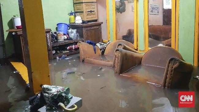 Ketua RW6 di Jatipadang, Pasar Minggu mengatakan bantuan pakaian ganti dibutuhkan warganya yang terdampak karena banjir yang cepat meninggi akhir pekan ini.