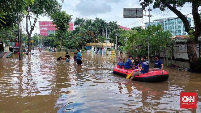 Kendaraan dari arah Kemang di Jalan Pejaten Barat terpaksa putar balik karena simpang Pejaten terendam banjir 1 meter.
