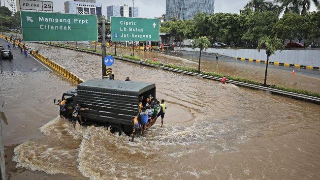 REI mendukung Pemprov DKI Jakarta untuk mengevaluasi kembali perizinan pengembang di Jakarta dalam rangka penanganan banjir.