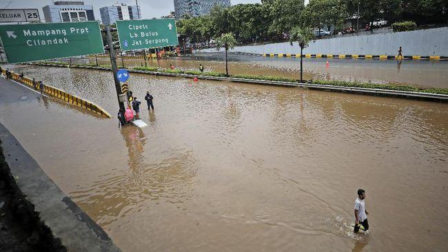 Sejumlah ruas jalan di Jakarta masih tergenang banjir akibat hujan berkepanjangan hingga Minggu (21/2) pagi.