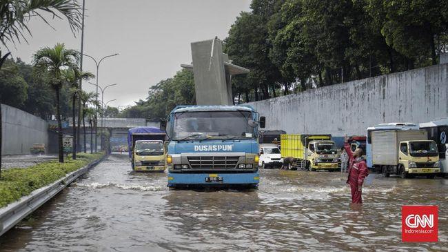 Operasional sejumlah jalan tol kembali dibuka setelah sempat ditutup akibat banjir, di antaranya Tol JORR dan Tol Jakarta-Cikampek.