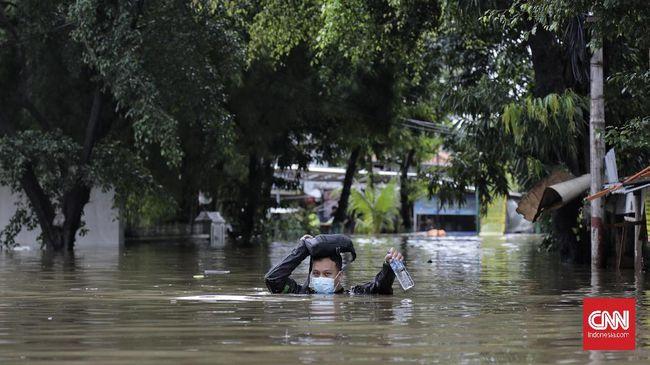 Sekjen PDIP Hasto Kristiyanto mengkritik Gubernur DKI Anies soal banjir yang sempat disebut karena air masuk ke bumi.