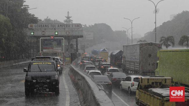 Mobil yang melintas di Tol JORR Ampera diminta berhenti dan memutar balik berkenaan banjir yang memutus akses di kedua arah.
