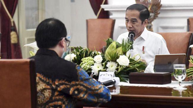 Presiden Jokowi disindir soal benci produk asing lantaran masih memakai produk luar negeri, seperti naik helikopter, main Twitter, hingga memakai iPad.