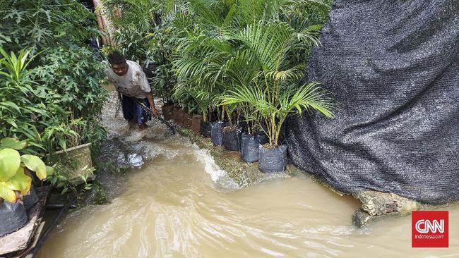 Sejumlah warga di Pejaten Barat, Mampang, Jakarta Selatan mencari ikan di tengah banjir yang merendam wilayah tersebut.