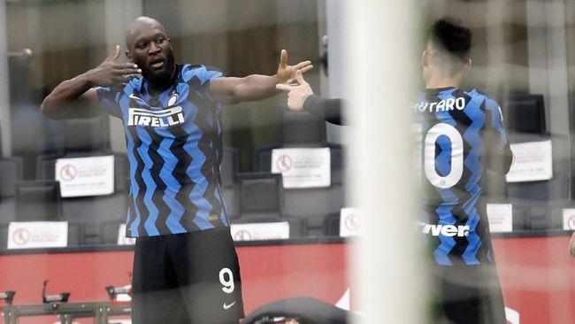 Inter Milan kukuh di puncak klasemen Liga Italia setelah mengalahkan AC Milan dalam pertandingan derbi, Minggu (21/2).
