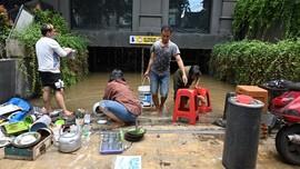 FOTO: Banjir Surut, Warga Mulai Bersih-bersih