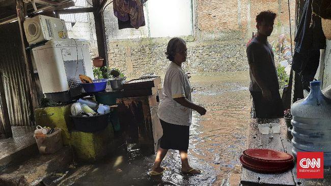 Sejumlah wilayah di DKI Jakarta terendam banjir. Warga mulai kesulitan untuk mengakses air bersih. Kondisi ini diperparah dengan pemadaman listrik.