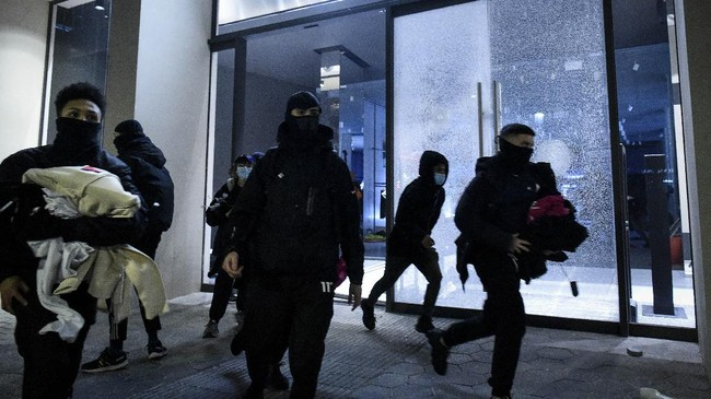 Aksi untuk mengecam penangkapan rapper Spanyol, Pablo Hasél, berujung ricuh pada Sabtu (21/2) malam di Barcelona.