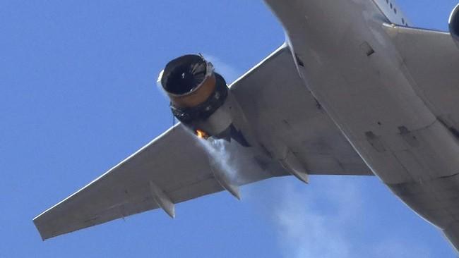 Pesawat United Airlines mendarat darut di Bandara Internasional Denver, Amerika Serikat pada Sabtu (20/2) waktu setempat setelah mengalami kerusakan mesin.