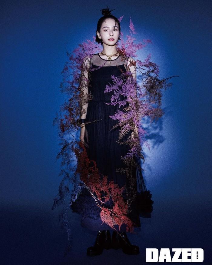 Park Gyu Young juga sering diminta menjadi model majalah. Foto-foto dengan konsep aesthetic seperti ini, bisa kamu temukan di instagram pribadinya. Bisa jadi inspirasi foto untuk kamu, Ladies. (Foto: Instagram.com/lavieenbluu/Dazed)