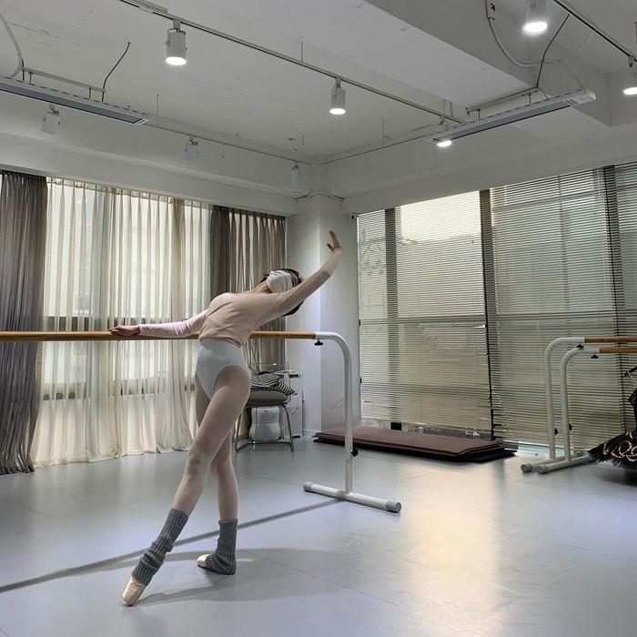 Selain seni peran dan modelling, ternyata Park Gyu Young juga seorang balerina. Ia sering membagikan foto saat ia latihan balet di akun instagram pribadinya. Wanita cantik satu ini ternyata punya segudang bakat ya. Salut. (Foto: Instagram.com/lavieenbluu)