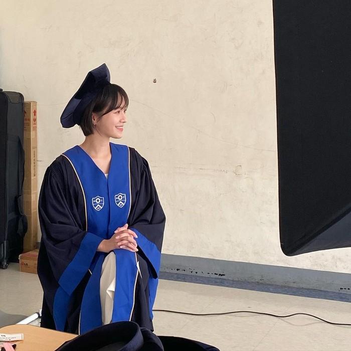 Tahun 2020 lalu, Park Gyu Young baru saja lulus dari Universitas Yonsei, yang merupakan salah satu universitas tertua di Korea Selatan. Park Gyu Young tampil cantik, dengan menggunakan baju wisuda berwarna hitam dan biru. (Foto: Instagram.com/lavieenbluu)