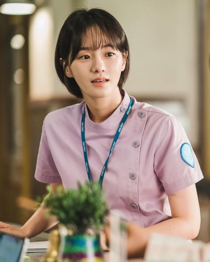 Berkat perannya dalam drama It's Okay to Not Be Okay, nama Park Gyu Young mulai dikenal banyak pencinta K-drama. Ia berperan sebagai Nam Joo Ri, seorang suster yang diam-diam jatuh cinta pada Moon Gang Tae. Sosoknya juga mencuri perhatian lewat drama ini. (Foto: Instagram.com/lavieenbluu)