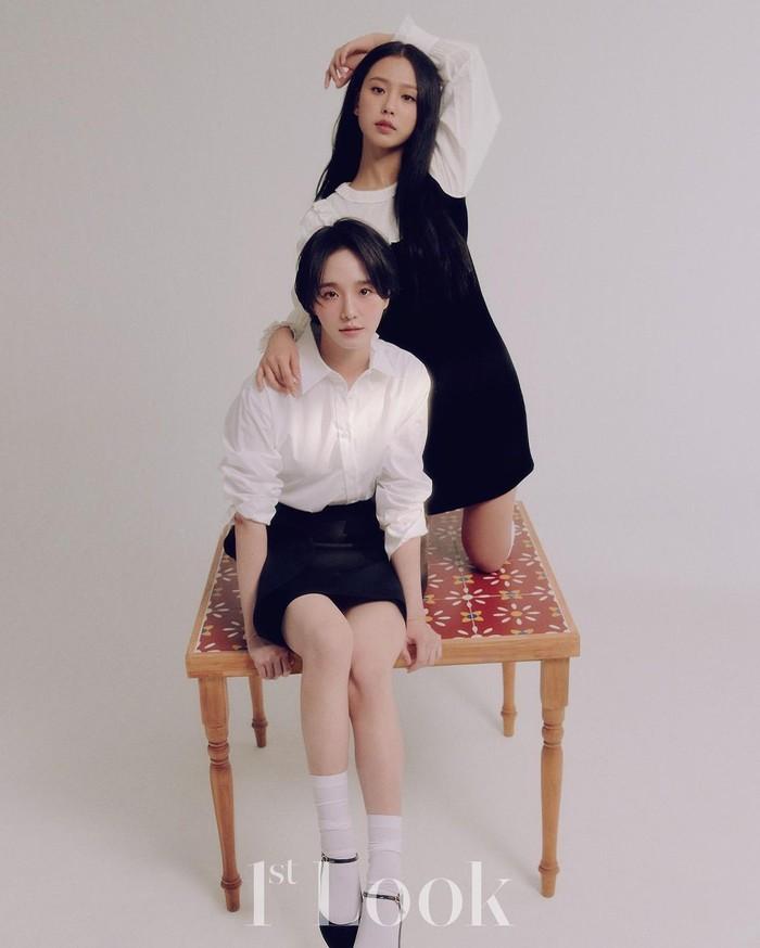 Berkat serialSweet Home, Park Gyu Young menjadi dekat dengan Go Min Si, salah satu lawan mainnya di drama Sweet Home. Keduanya pun tampak kompak dalam pemotretan majalah 1st Look. (Foto: Instagram.com/lavieenbluu/1stlook)
