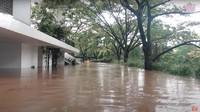 <p>Irish Bella mengaku jika hujan deras mulai turun sejak pukul 11 malam, kemudian disusul dengan datangnya banjir pada pukul 1 malam. (Foto: YouTube Aish TV)</p>