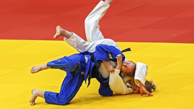 Atlet dari berbagai cabang olahraga berkorban menerjang rintangan demi sebuah kemenangan terangkum dalam SMASHOT CNNIndonesia.com kali ini.